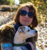 Retrato de uma mulher com um cão no feriado no parque do outono,  Imagens de Stock Royalty Free