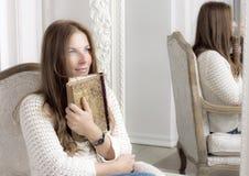 Retrato de uma mulher com um livro Imagem de Stock Royalty Free