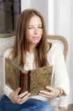 Retrato de uma mulher com um livro Fotos de Stock Royalty Free