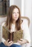 Retrato de uma mulher com um livro Imagens de Stock Royalty Free