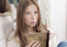 Retrato de uma mulher com um livro Imagens de Stock