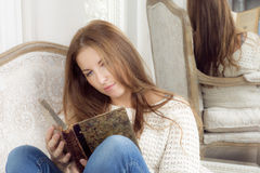 Retrato de uma mulher com um livro Foto de Stock Royalty Free