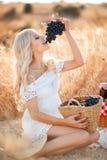 Retrato de uma mulher com a uva nas mãos Foto de Stock Royalty Free