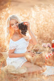 Retrato de uma mulher com a uva nas mãos Fotografia de Stock Royalty Free