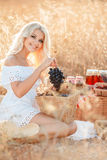 Retrato de uma mulher com a uva nas mãos Foto de Stock