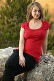 Retrato de uma mulher consideravelmente nova ao ar livre foto de stock royalty free