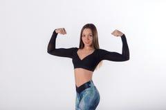 Retrato de uma mulher da aptidão que mostra seu bíceps fotos de stock