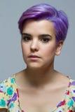 Retrato de uma mulher de cabelos curtos violeta que olha seriamente na came Fotos de Stock