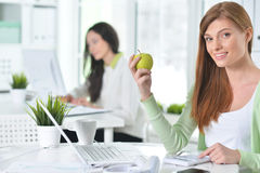 Retrato de uma mulher de negócio agradável com um portátil Imagens de Stock Royalty Free