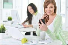 Retrato de uma mulher de negócio agradável com um portátil Foto de Stock Royalty Free