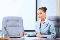 Retrato de uma mulher de negócio bem sucedida Fotografia de Stock Royalty Free