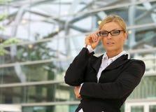Retrato de uma mulher de negócio bonita nos vidros Fotografia de Stock Royalty Free