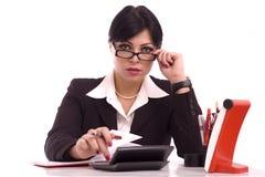 Retrato de uma mulher de negócio em sua mesa Imagem de Stock Royalty Free