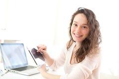 Retrato de uma mulher de negócio nova que usa uma tabuleta Foto de Stock Royalty Free