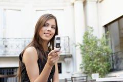 Mulher de negócios com pilha no café. fotos de stock royalty free