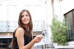 Mulher de negócios com pilha no café. imagem de stock