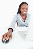 Retrato de uma mulher de negócios bonito que usa um portátil Imagens de Stock