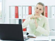 Retrato de uma mulher de negócios cansado que mostra o gesto de mão do tempo para fora Imagem de Stock