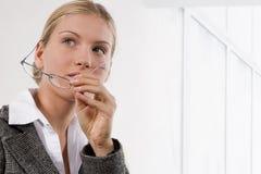 Retrato de uma mulher de negócios nova atrativa Imagem de Stock