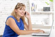 Retrato de uma mulher de negócios nova encantador, telefone Foto de Stock