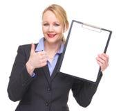 Retrato de uma mulher de negócios que mostra a prancheta vazia do sinal com polegares acima fotos de stock royalty free