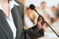 Retrato de uma mulher de negócio com microfone Fotos de Stock Royalty Free