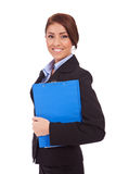 Retrato de uma mulher de negócio que prende uma prancheta Foto de Stock