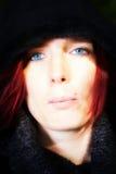 Retrato de uma mulher de olhos azuis bonita Fotos de Stock