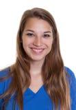 Retrato de uma mulher de riso em uma camisa azul fotos de stock royalty free