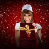 Retrato de uma mulher de Santa com um presente do Natal fotos de stock