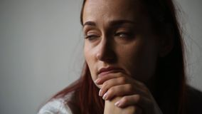 Retrato de uma mulher deprimida que pensa sobre seus pensamentos vídeos de arquivo