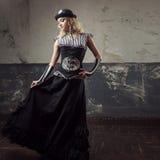 Retrato de uma mulher do steampunk sobre o fundo do grunge Senhora bonita em um estilo vitoriano fotos de stock royalty free