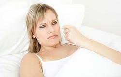 Retrato de uma mulher doente que encontra-se em uma cama Imagens de Stock Royalty Free