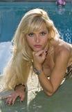 Retrato de uma mulher e de uma piscina louras Fotografia de Stock
