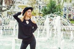 Retrato de uma mulher elegante bonita nova, menina que levanta na rua da cidade europeia velha Imagem de Stock