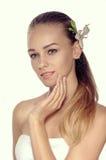 Retrato de uma mulher em três quartos de lírio branco em seu cabelo Fotos de Stock Royalty Free