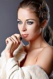 Retrato de uma mulher em um cabo da pele. Fotografia de Stock Royalty Free