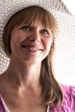 Retrato de uma mulher em um chapéu do verão fotos de stock