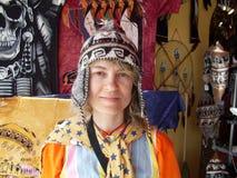 Retrato de uma mulher em um chapéu feito malha peruano imagens de stock