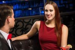Retrato de uma mulher em um clube noturno fotografia de stock royalty free