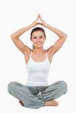 Retrato de uma mulher em uma posição da meditação imagens de stock
