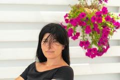 Retrato de uma mulher envelhecida média contra um fundo bonito foto de stock