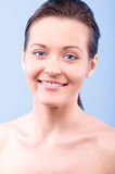 Retrato de uma mulher feliz bonita imagem de stock royalty free