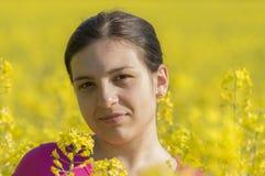 Retrato de uma mulher feliz e saudável em um campo de flor Fotografia de Stock Royalty Free
