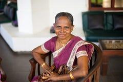 Retrato de uma mulher feliz indiana idosa em um sari nacional festivo imagem de stock