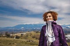 Retrato de uma mulher feliz nas montanhas Imagem de Stock Royalty Free