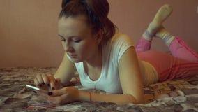 Retrato de uma mulher feliz no seu texting bonito do quarto filme