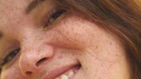 Retrato de uma mulher feliz nova close-up alegre do sorriso vídeos de arquivo