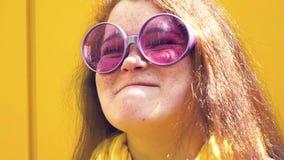 Retrato de uma mulher feliz nova close-up alegre do sorriso filme