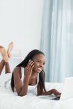 Retrato de uma mulher feliz que usa um portátil Fotografia de Stock Royalty Free